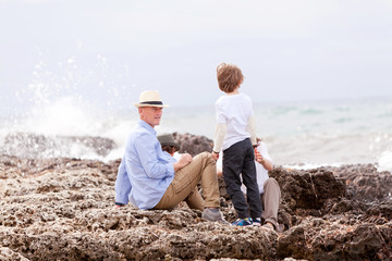 glückliche familie mit kinder im urlaub am meer