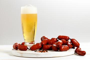 salsicce e birra su tavolo bianco