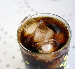 verre pétillant  cola,frais et glaçons