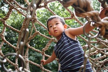 アスレチックで遊ぶ幼児(3歳児)