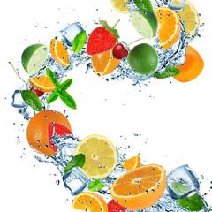 Photo sur Plexiglas Eclaboussures d eau Fruit with splashing water