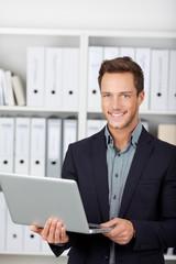 gut aussehender mann mit laptop