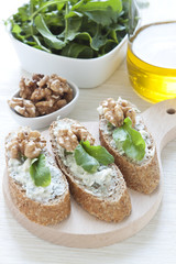 Crostini with gorgonzola cheese, arugula and walnut