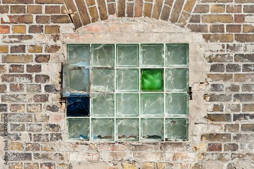 Fenster Aus Glasbausteinen altes fenster aus glasbausteinen in einer ziegelmauer stockfotos