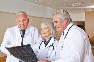 Ärzte betrachten Röntgenbild im Krankenhaus