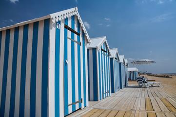 cabine de plages bleues et blanches