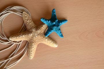 Adornos de estrellas de mar sobre fondo de madera