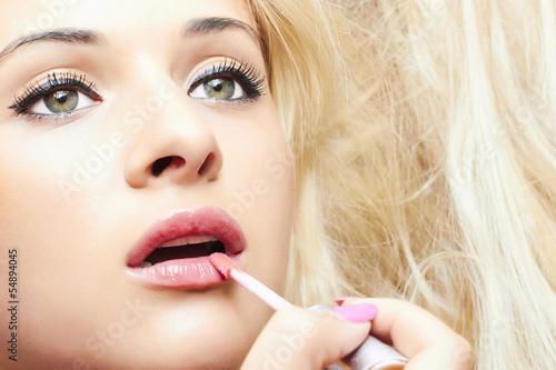 шикарная блондинка с накрашеными губами в чулках фото