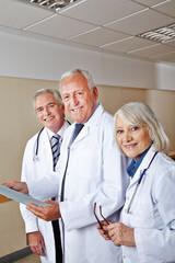 Drei glückliche Ärzte im Krankenhaus