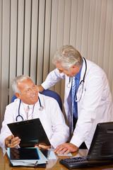 Zwei Ärzte reden im Büro