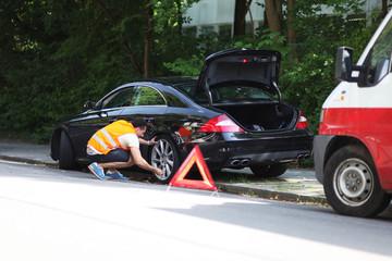 Mann überprüft Reifen