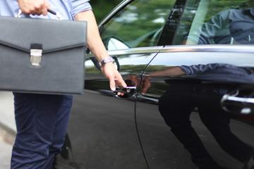 Männliche Hand an Autotür