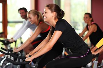 Im Fitnessstudio beim Spinning