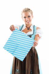 Bayerin hält blaukariertes Tuch