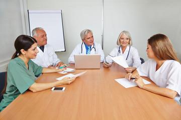 Ärzte machen Bewerbungsgespräch