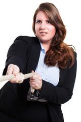 Geschäftsfrau beim Tauziehen