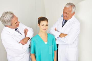 Ärzte schauen auf junge MTA