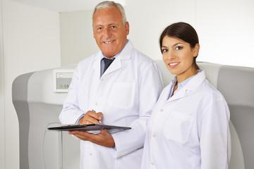 Arzt und Ärztin in der Radiologie