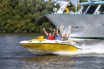 Wettrennen mit schnellem Boot auf dem Wasser