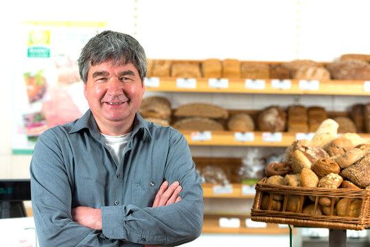 freundlicher bäcker in der bäckerei