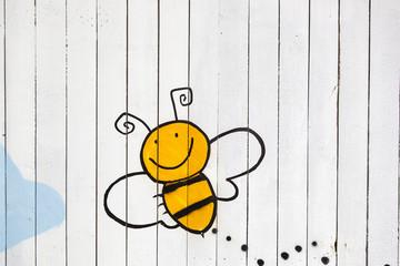 gemalte Biene auf Holzwand