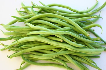 haricots verts crus, agrandi sur fond blanc