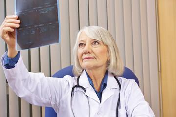 Ärztin mit Röntgenbild in Arztpraxis