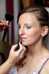 Dziewczyna, młoda pani w trakcie robienia makijażu.