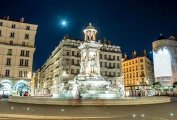 Fotobehang Volle maan Fontaine Place des Jacobins à Lyon