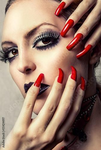 фото эротические девушки с накрашенными ногтями на ножках