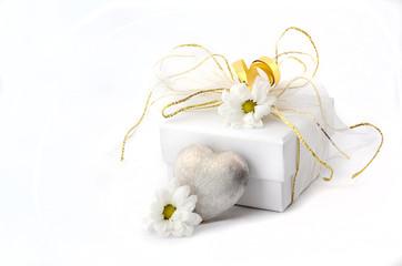 Kleines Geschenk mit Herz und Blumen