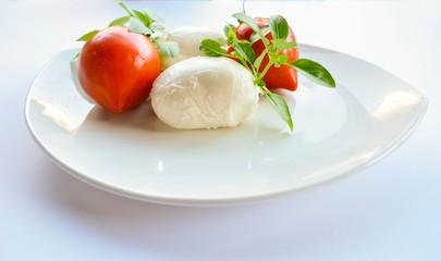 Tomates, mozzarella et basilic.
