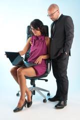 Frau und Mann im Büro