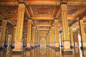 Golden sculpture decorations inside wat Tha Sung