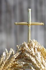 Fototapeta Krzyż ze słomy wyrastający z kłosów zboża obraz