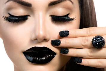 Zelfklevend Fotobehang Fashion Lips Beauty Fashion Girl with Trendy Caviar Black Manicure and Makeup