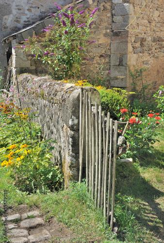 Jardin rustique avec barri re en bois photo libre de droits sur la banque d 39 images - Barriere infrarouge jardin ...