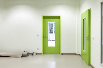 grüne Tür mit Glaseinsatz