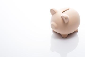 白背景にピンク色の豚の貯金箱