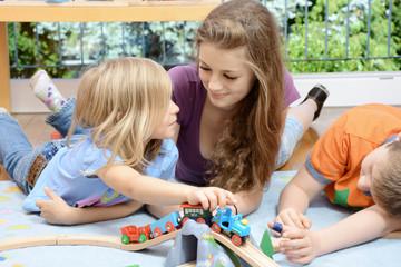 Babysitter spielt mit Kindern