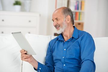 älterer mann liest ein ebook