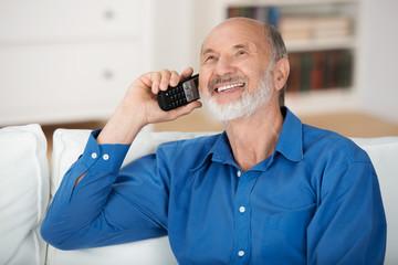lächelnder opa am telefon