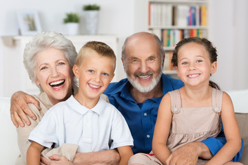 Wall Mural - glückliche großeltern mit ihren enkeln