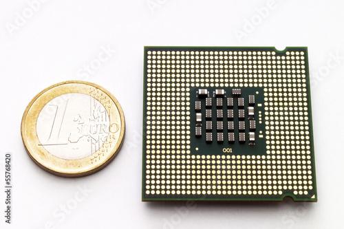 Prozessor Chip Durch Euro Münze Erhöhte Ansicht Stock Photo And
