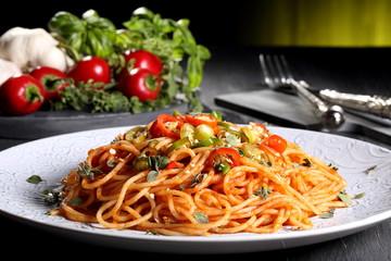 pasta italiana spaghetti con peperoncino piccante sfondo verde