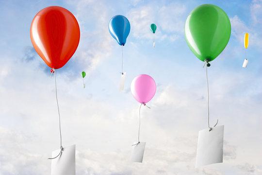 Viel Ballone mit weissen Zetteln steigen in den Himmel