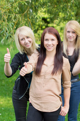 3 Girls Daumen hoch