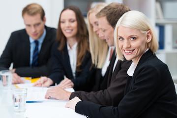 erfolgreiche geschäftsfrau mit kollegen im meeting
