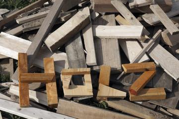 Wort HOLZ aus Holz geschrieben auf Holzhaufen