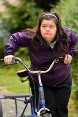 trisomique femme et fait du tricycle
